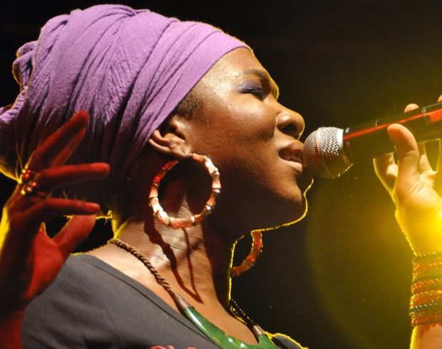 Grammy award winner India.Arie performed in front of hundreds at CSUN on the Oviatt lawn Friday night. Photo Caption: Hannah Pedraza / Photo Editor