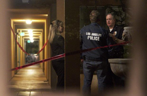 LAPD investigates a burglary at the Maravilla apartment complex on the corner of Darby Avenue and Dearborn Street. The incident occured at 8:35 pm, Wednesday. Photo credit: Charlie Kaijo / Senior Photographer