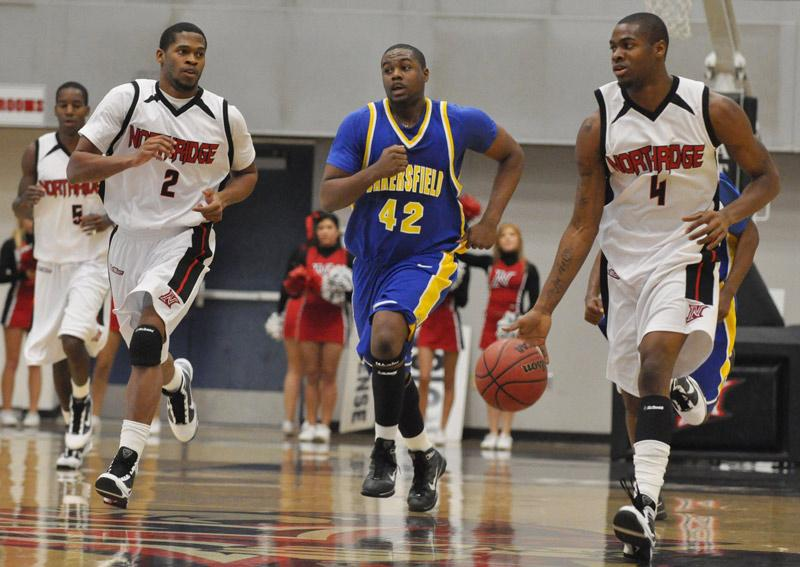 Roadrunner Santwon Latunde, center, follow Matadors Vincent Cordell, left, and Kevin Menner, upcourt. Menner scored 6 points.   Jonathan Pobre / Executive Editor