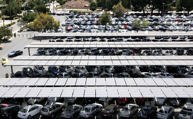 Parking lot B2 was full for both employee and student lots. Captain Afredo Fernandez of university police office said 36 officers were placed in the campus to manage the traffic. He said this parking management will run for one to three weeks. Photo Credit: Won Choi / Daily Sundial