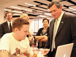 CSU Chancellor Timothy White chats with CSUN students, faculty