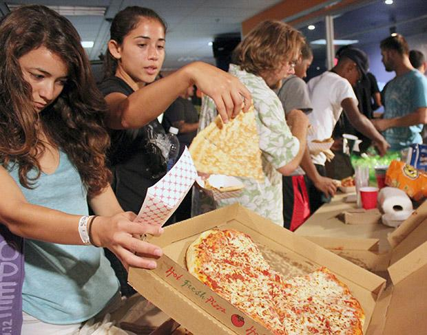 Students enjoyed free food, games, and live music at Neon Nights. Photo credit: Ana Rodriguez / Daily Sundial