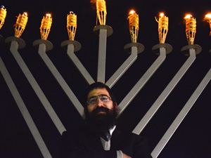 CSUN Jewish organizations celebrate final night of Chanukah
