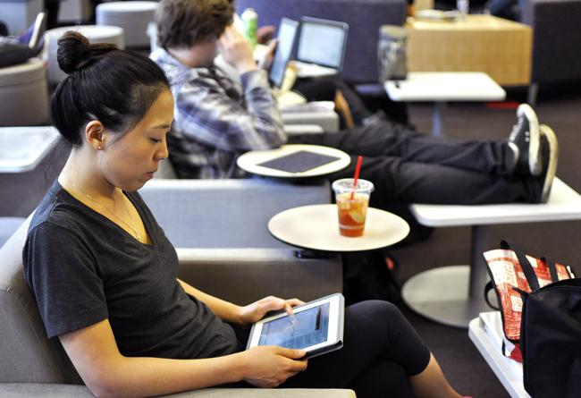 Growing number of Americans buying e-readers, studies show