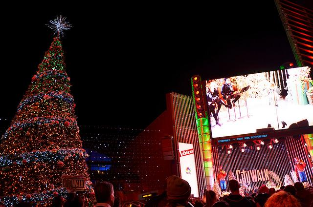 Universal+Studios+City+Walk%27s+held+their+Christmas+tree+lighting+on+Nov.+24+to+kick+off+the+holiday+season.+The+theme+park+will+hold+plenty+of+holiday+events+after+the+lighting.+Photo+Credit%3A+Vincent+Gnuyen%2FSundial+Staff