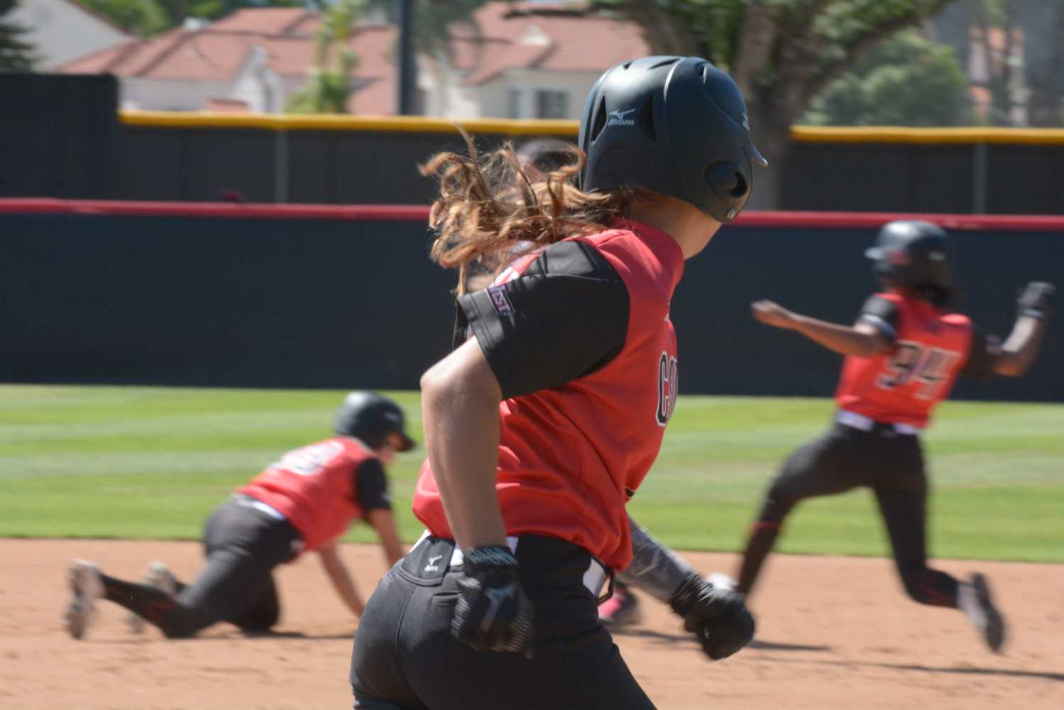 CSUN+softball+players+try+to+get+on+base+during+their+series+games+against+the+University+of+Hawai%27i.+Allen+Natian%2FContributor
