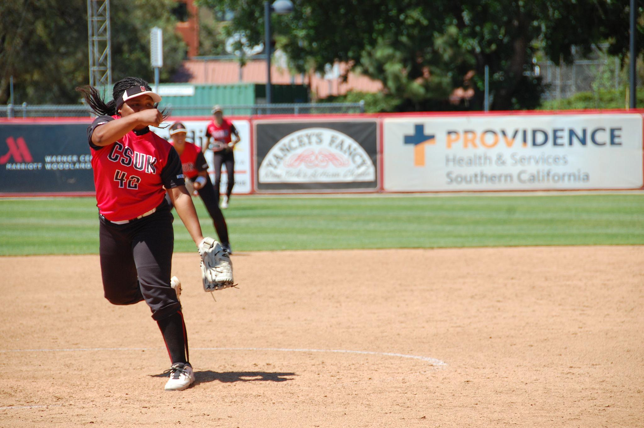 Zoe+Conley+pitches+during+CSUN%27s+2-0+victory+over+the+University+of+Hawai%27i.+Cladellain+David%2FPhoto+Editor
