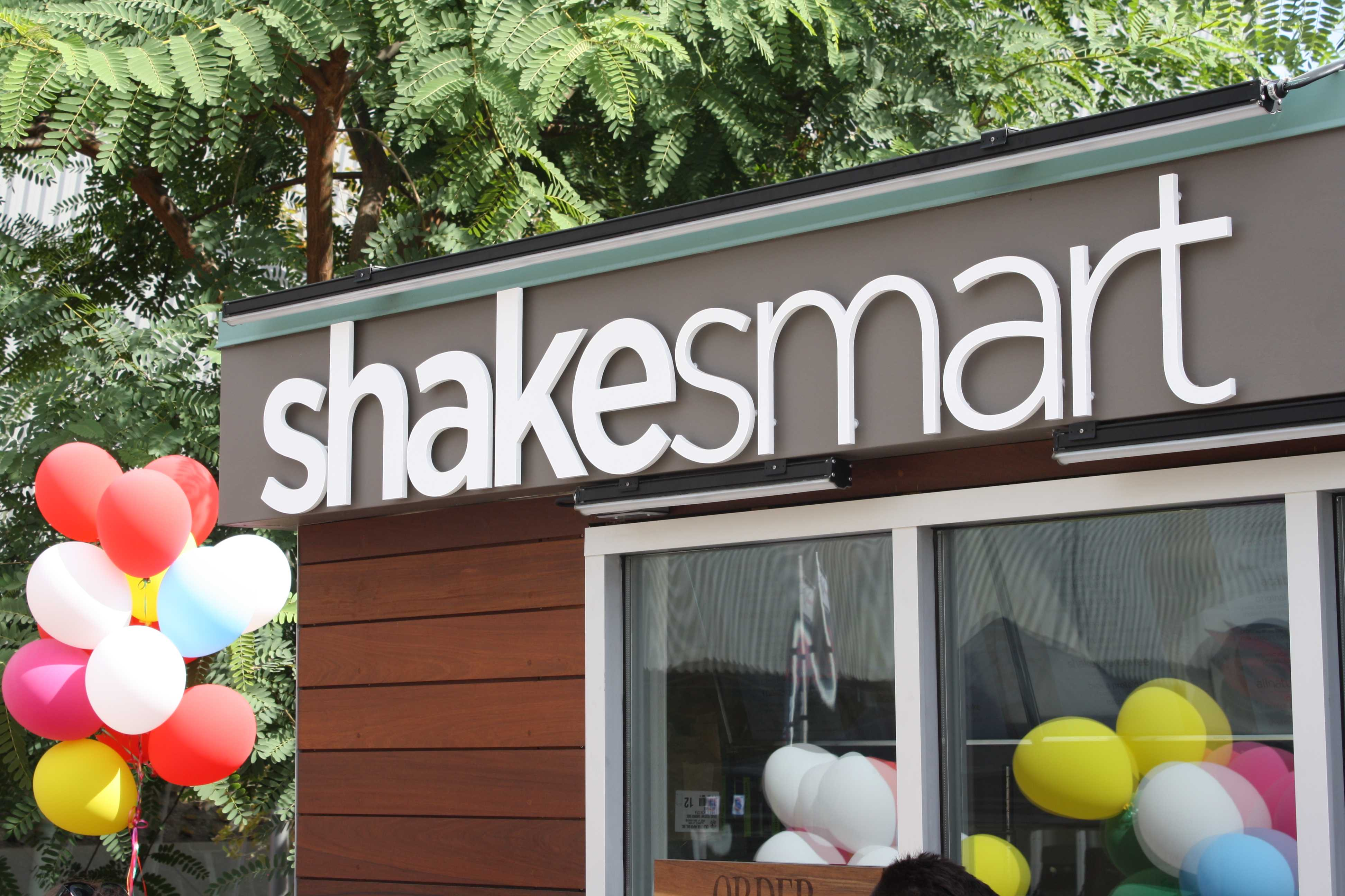 Shake+Smart+located+outside+next+to+the+SRC+on+Free+Shake+Day%2C+Sept.+1%2C+2015.+Photo+credit%3A+Lauren+Gates