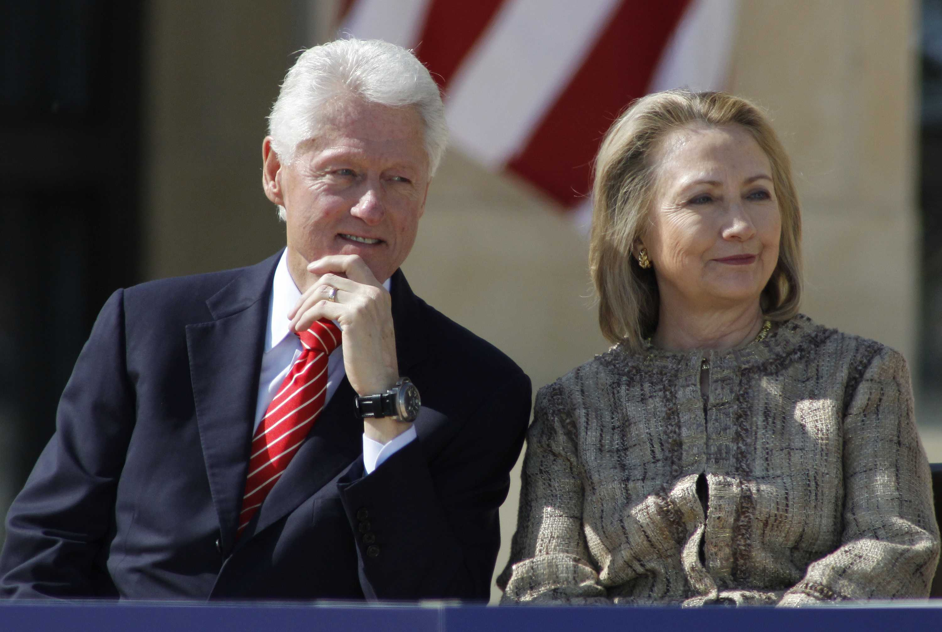 Bill Clinton and Hilary Clinton at a ceremony.