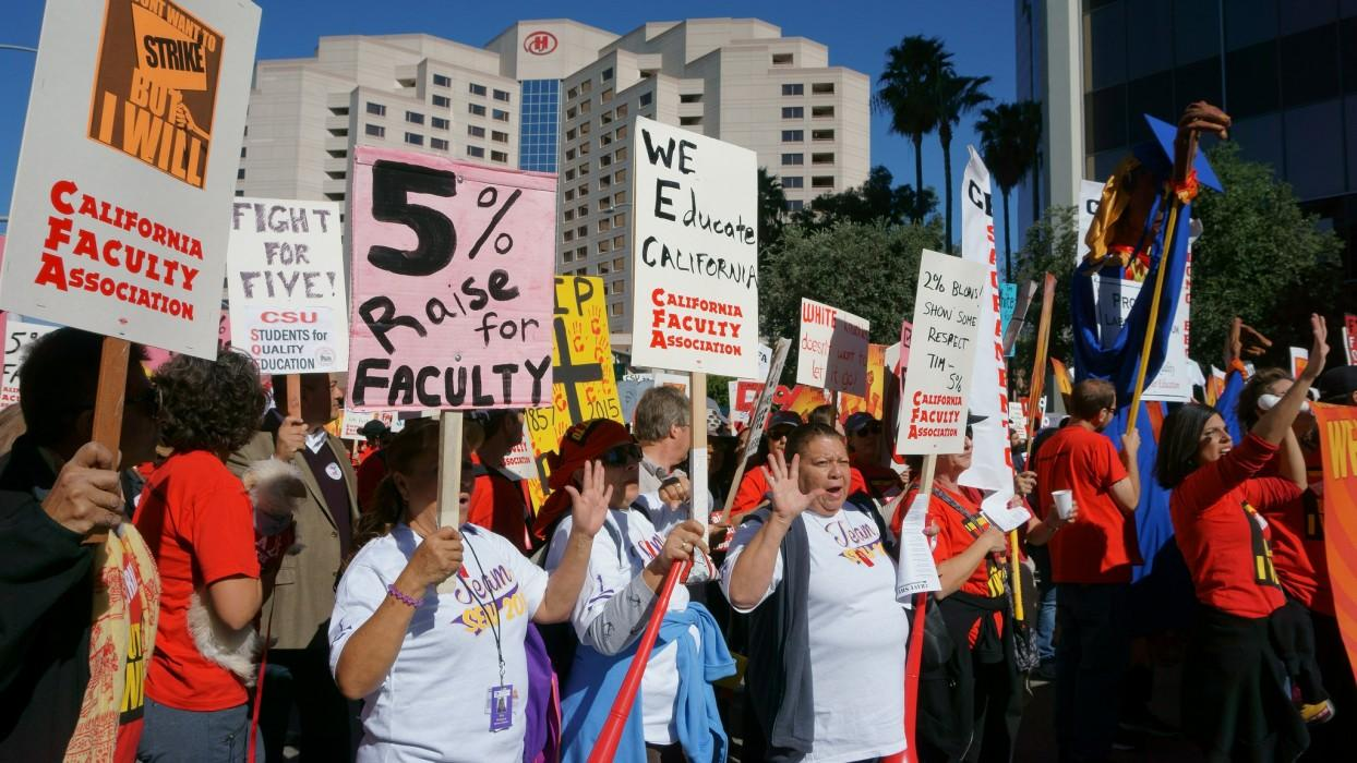 The+California+Faculty+Association+and+its+supporters+march+through+downtown+Long+Beach+on+Nov.+17%2C+2015+for+better+wages.+Photo+Credit%3A+Nicollette+Ashtiani