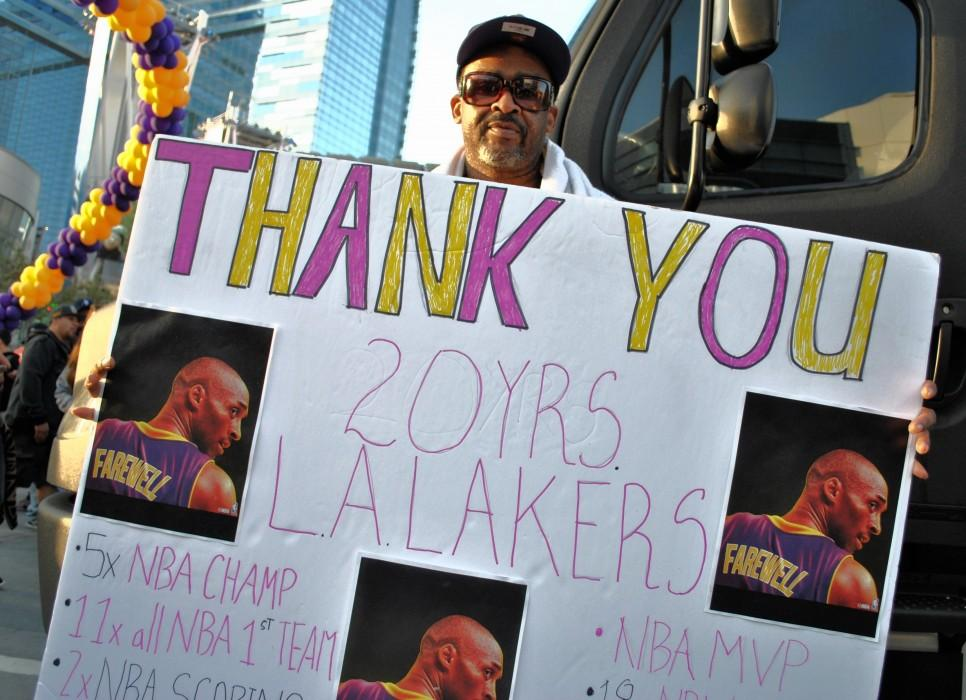"Man carries ""Thank you"" sign in honor of Kobe Bryant"