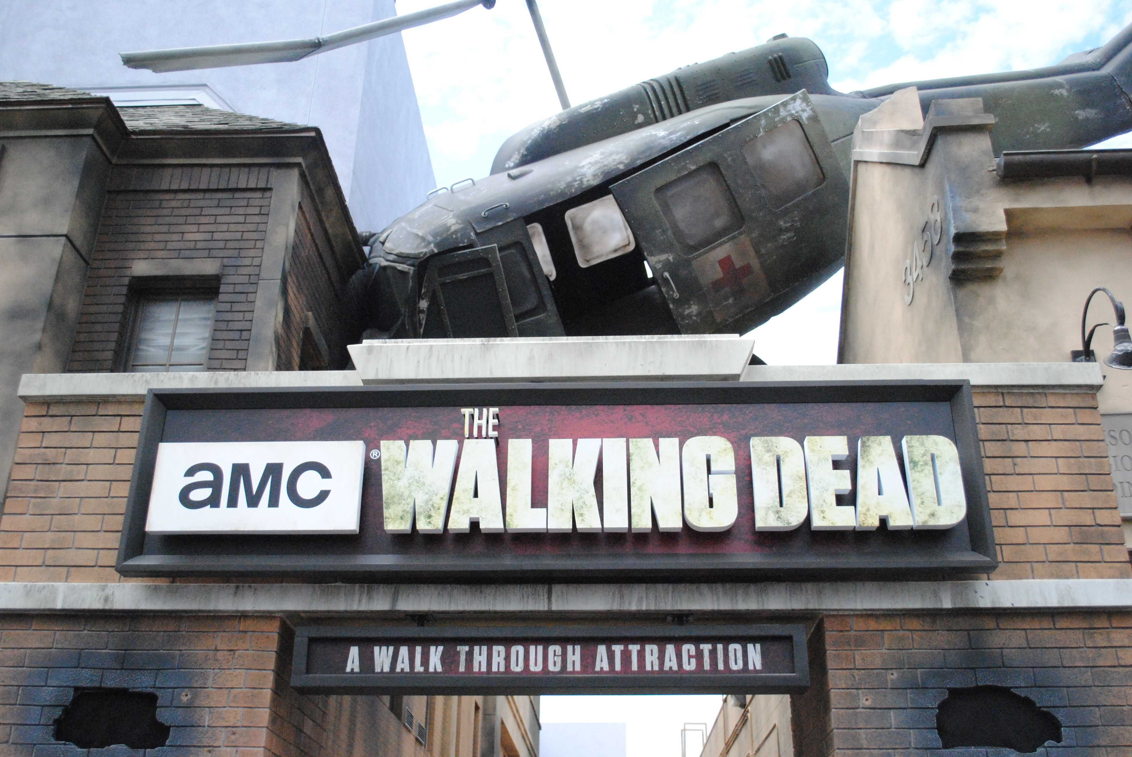 New+Walking+Dead+attraction+aims+for+authentic+scares.