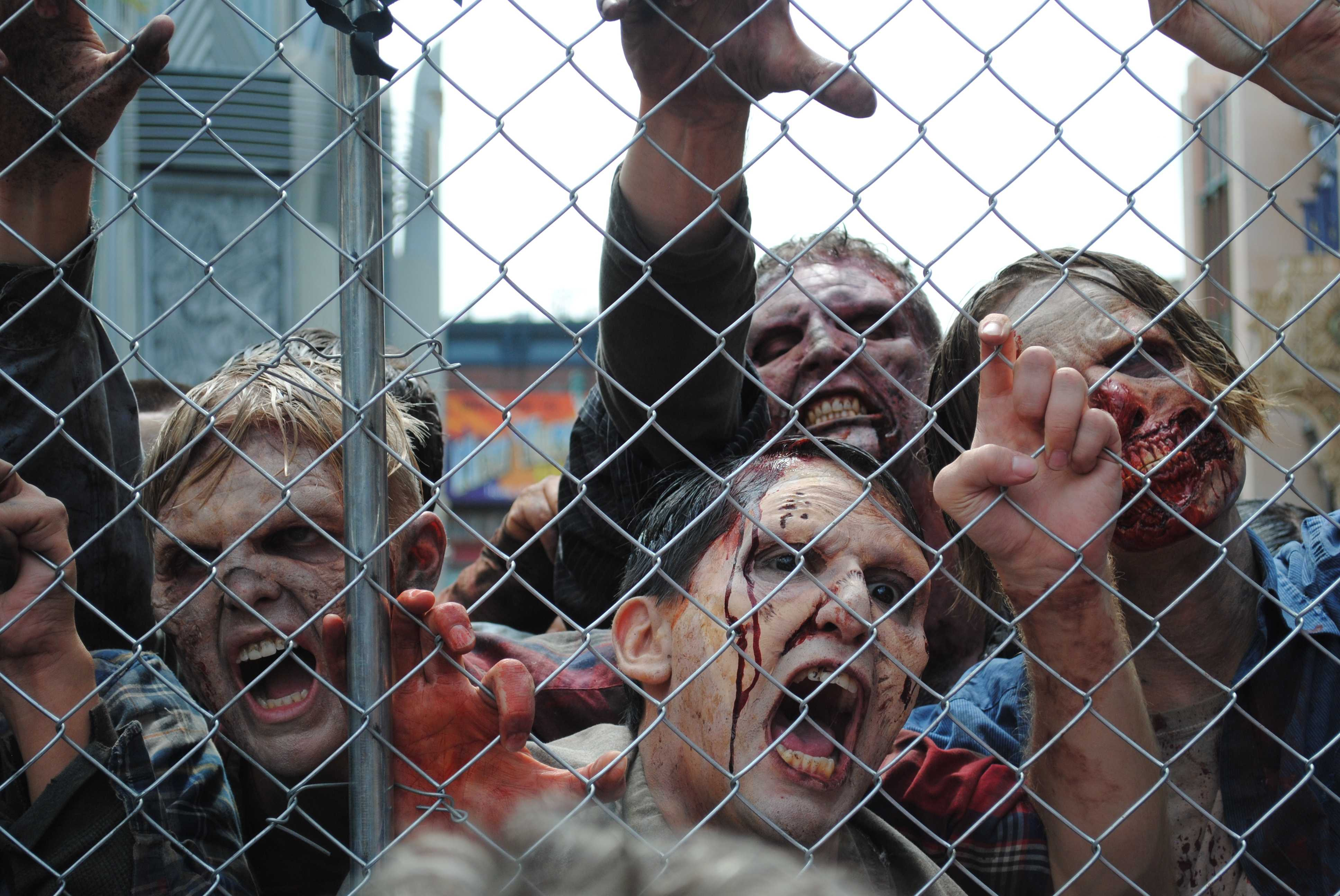 A+large+horde+of+%27walkers%27+try+to+get+through+the+fence.+Photo+credit%3A+Josue+Aguilar