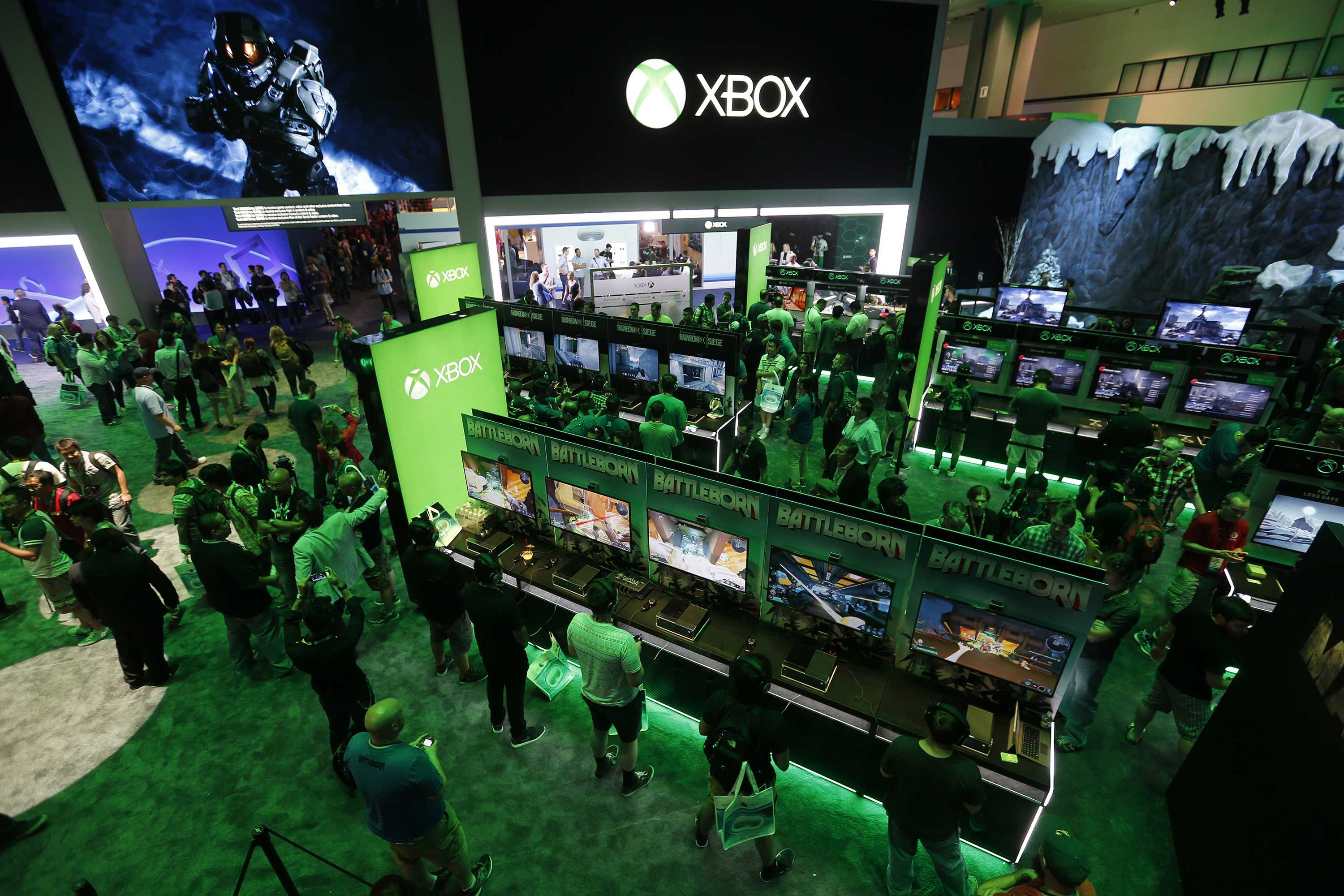 A large crowd of video game enthusiasts fill the Xbox game booth