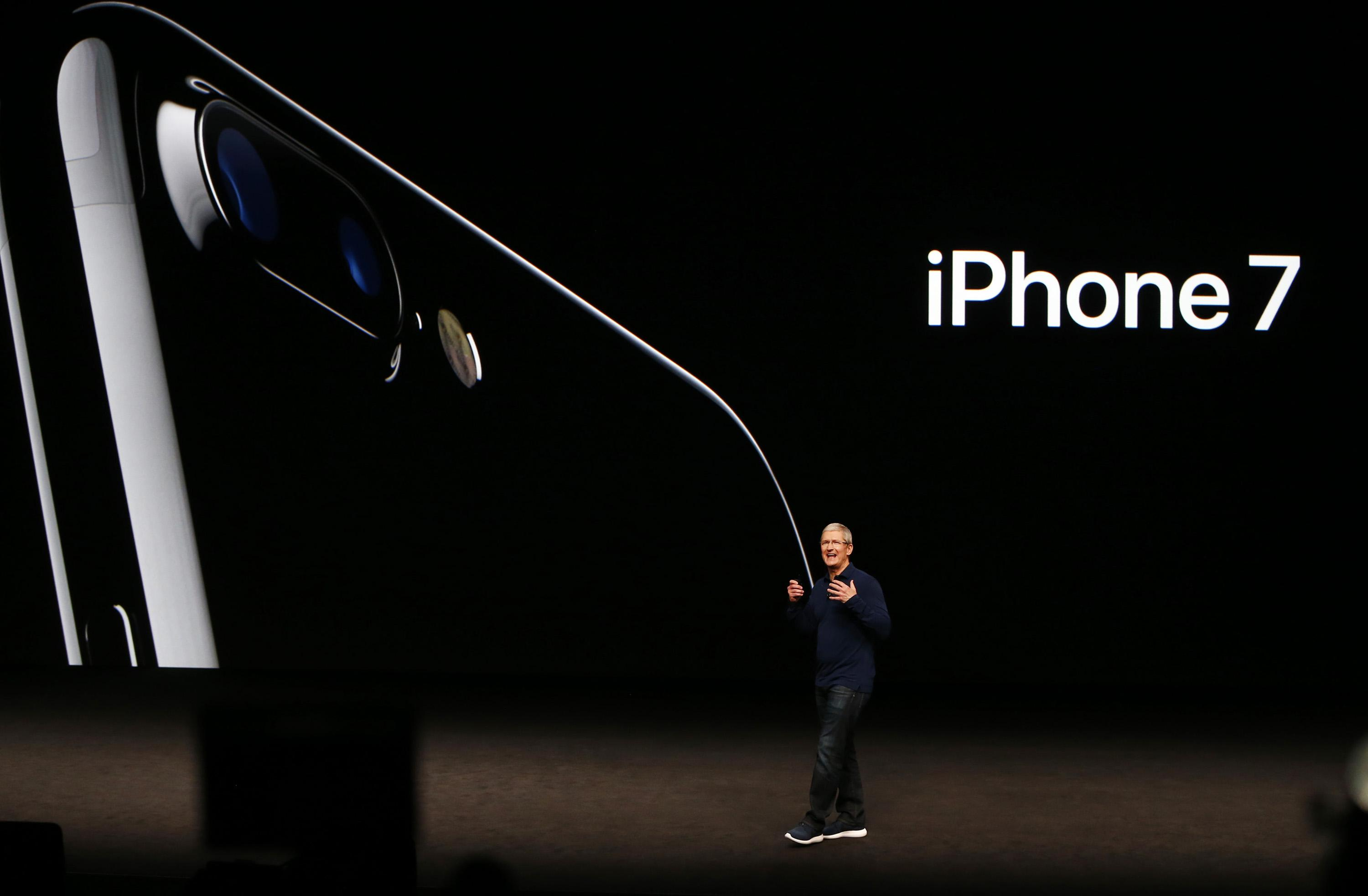 Tim Cook gives presentation on iPhone 7