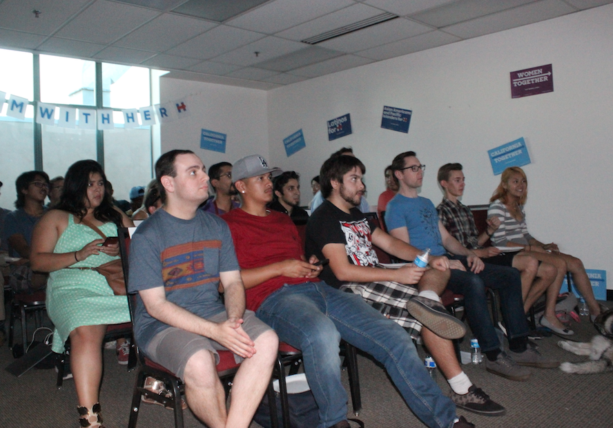 Students+gather+to+watch+presidential+debate
