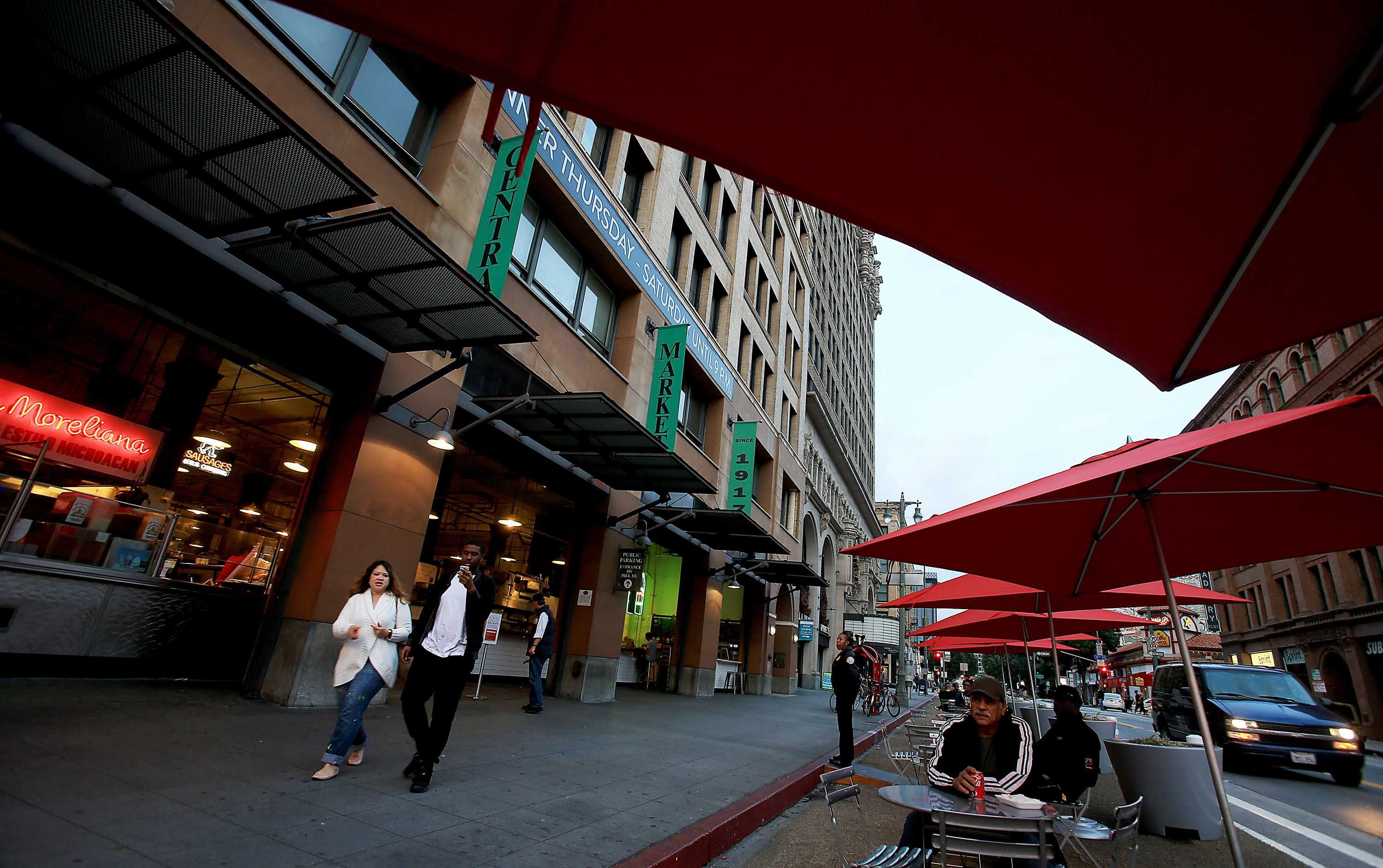 Umbrellas+and+chairs+for+dining+along+Broadway+in+front+of+the+Grand+Central+Market+in+downtown+Los+Angeles.++%28Luis+Sinco%2FLos+Angeles+Times%2FTNS%29