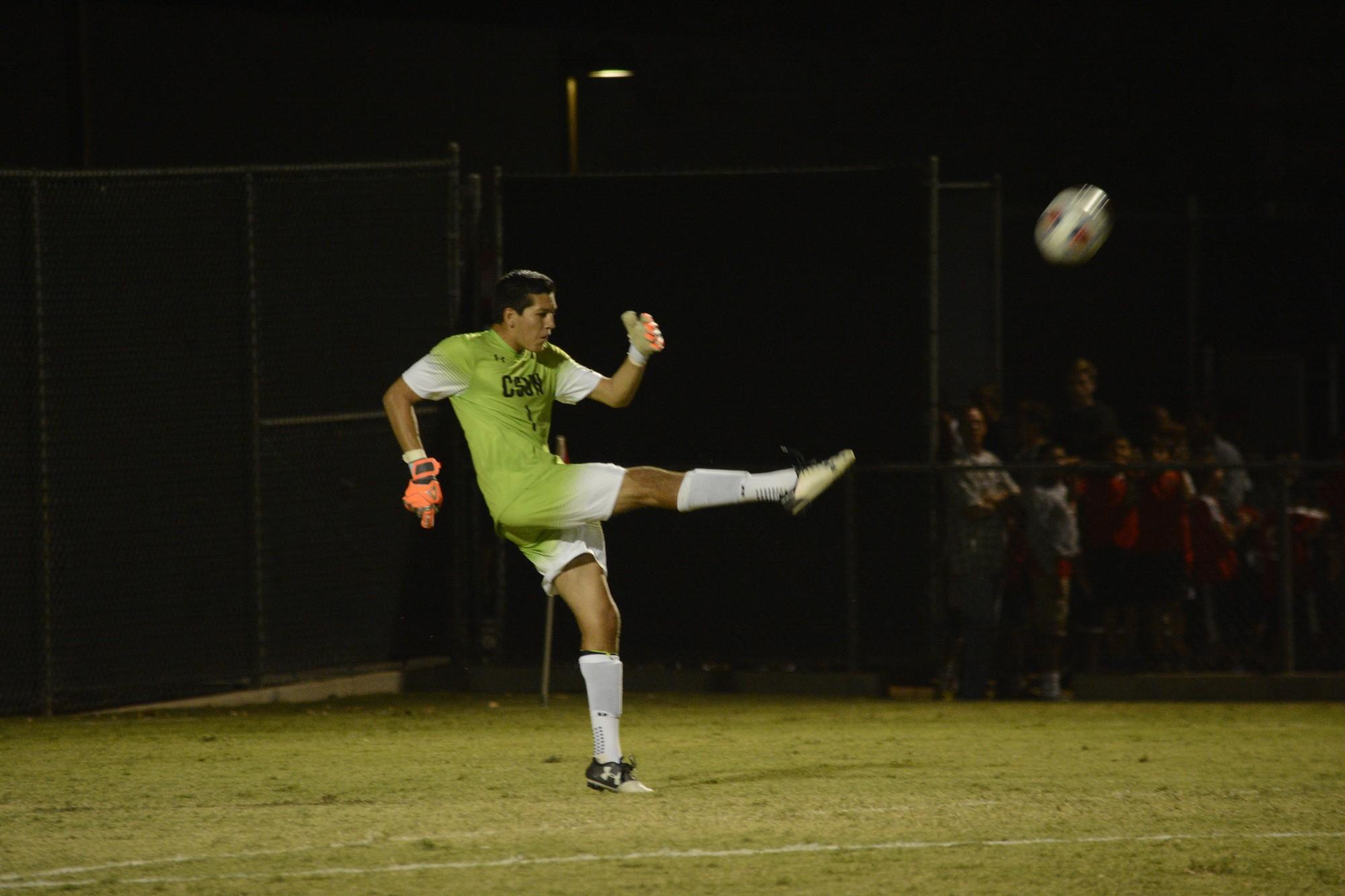 CSUN+goalie+kicks+the+ball+down+the+field