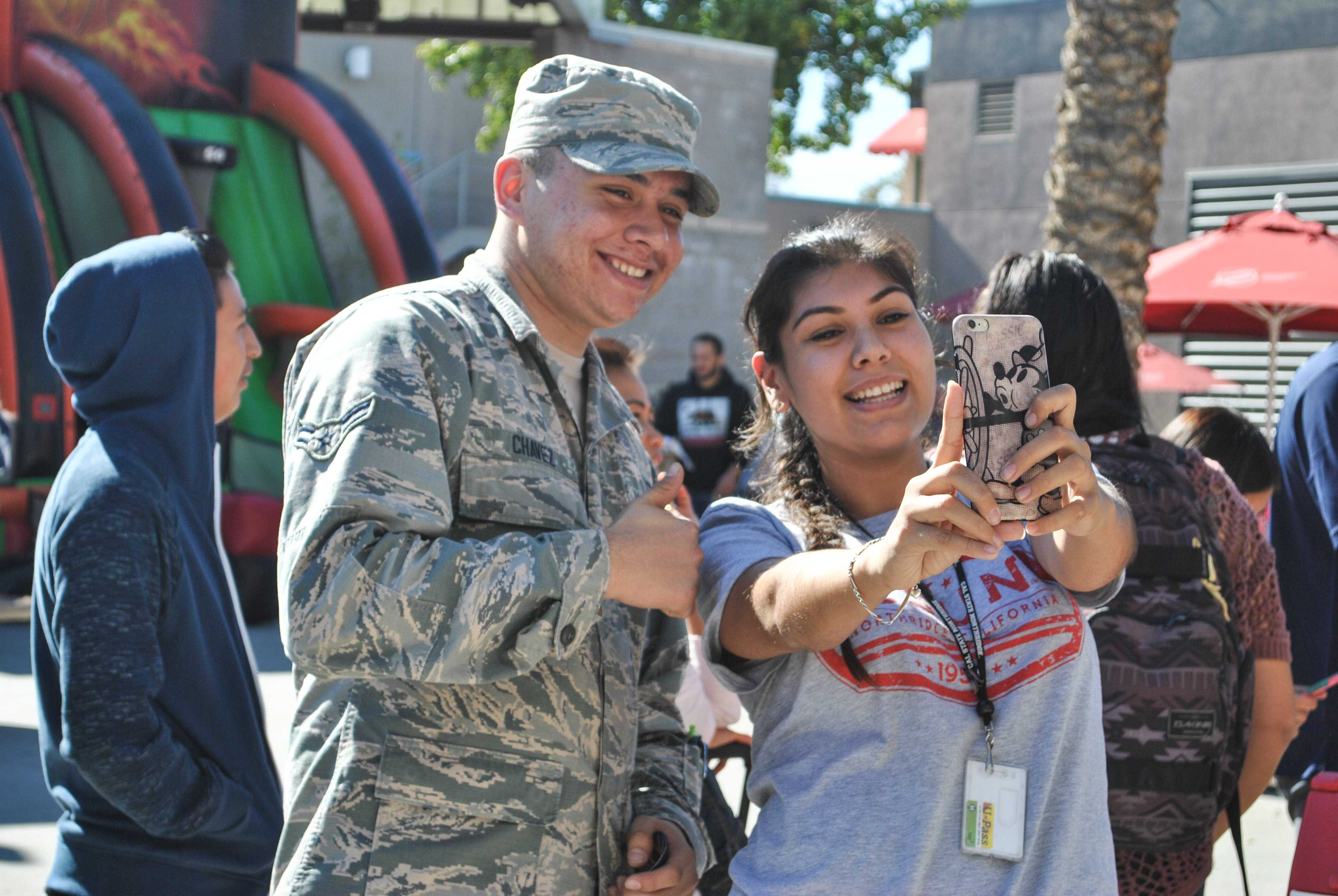 CSUN student takes a selfie with a veteran