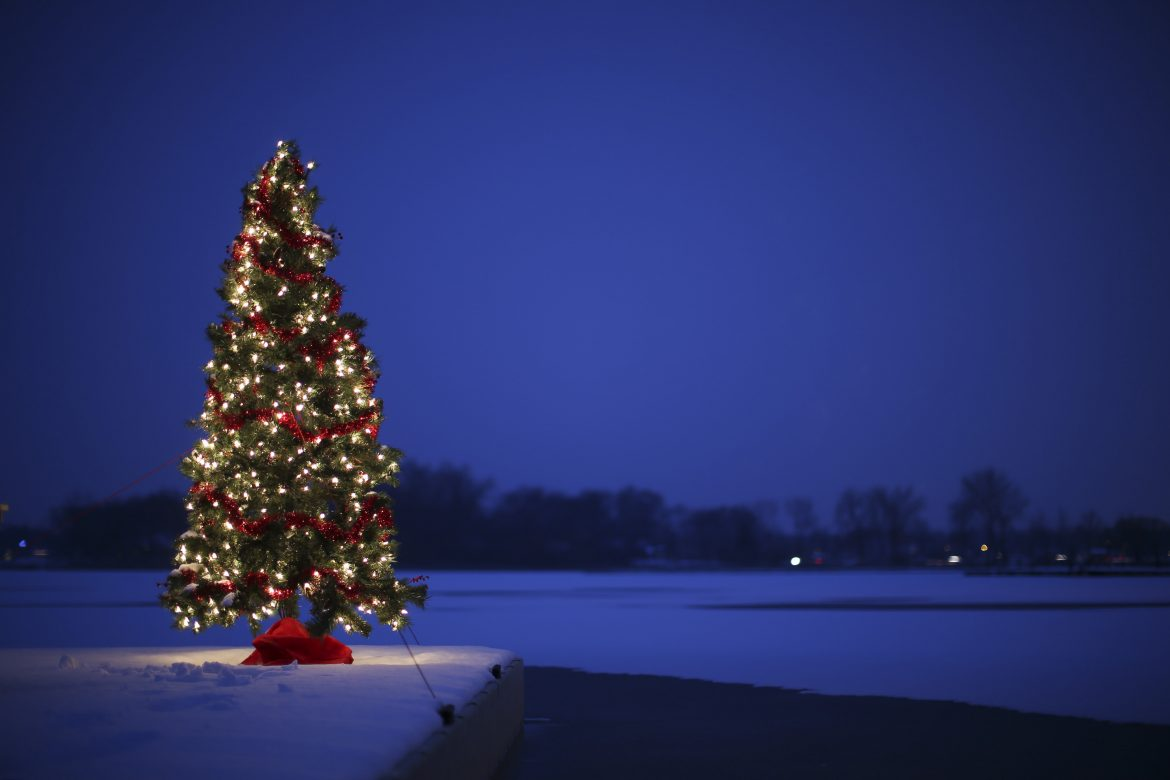 A+Christmas+tree+sits+on+a+dock+in+the+snow+at+White+Bear+Lake+in+Minnesota+on+Monday%2C+Nov.+30%2C+2015.+%28Jeff+Wheeler%2FMinneapolis+Star+Tribune%2FTNS%29