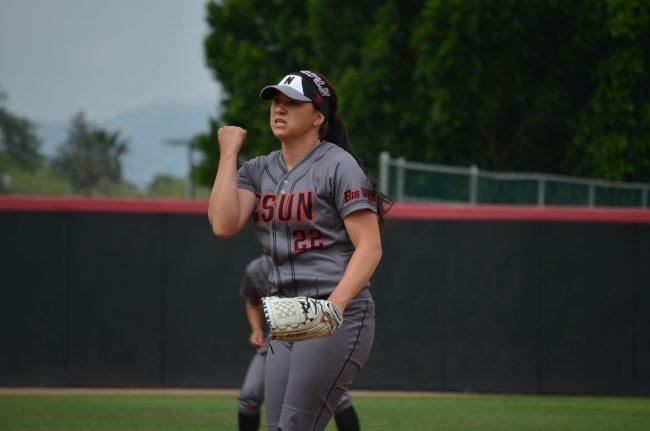 Softball sweeps doubleheader against Hawaii