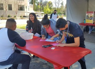 Students fill out the Majors Fair 2017 Evaluation