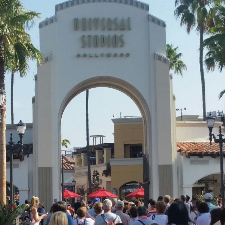 universal+studios+entrance+pictured+crowded+with+people