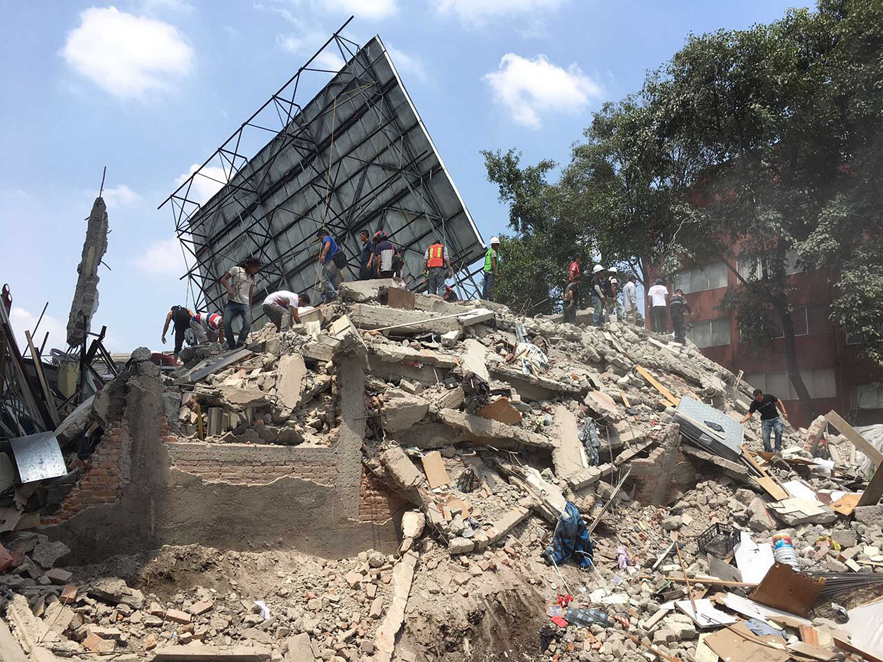 A powerful 7.1 earthquake struck Mexico City on Tuesday, Sept. 19, 2017, collapsing buildings and sending thousands fleeing into streets exactly 32 years on the anniversary of the 1985 devestating earthquake. (Prensa Internacional/Zuma Press/TNS)