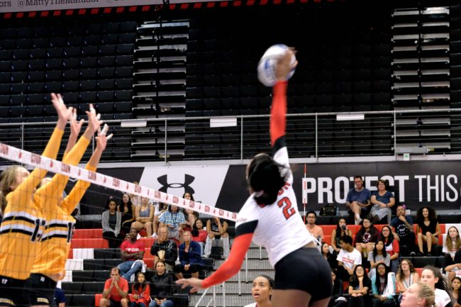 Women's volleyball falls to Long Beach in long fought battle