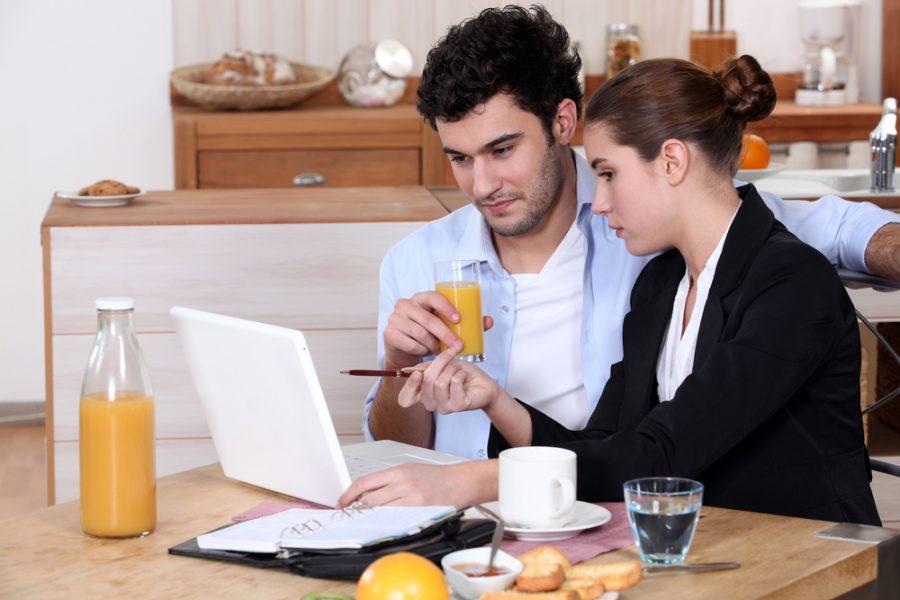 man+and+woman+looking+at+laptop