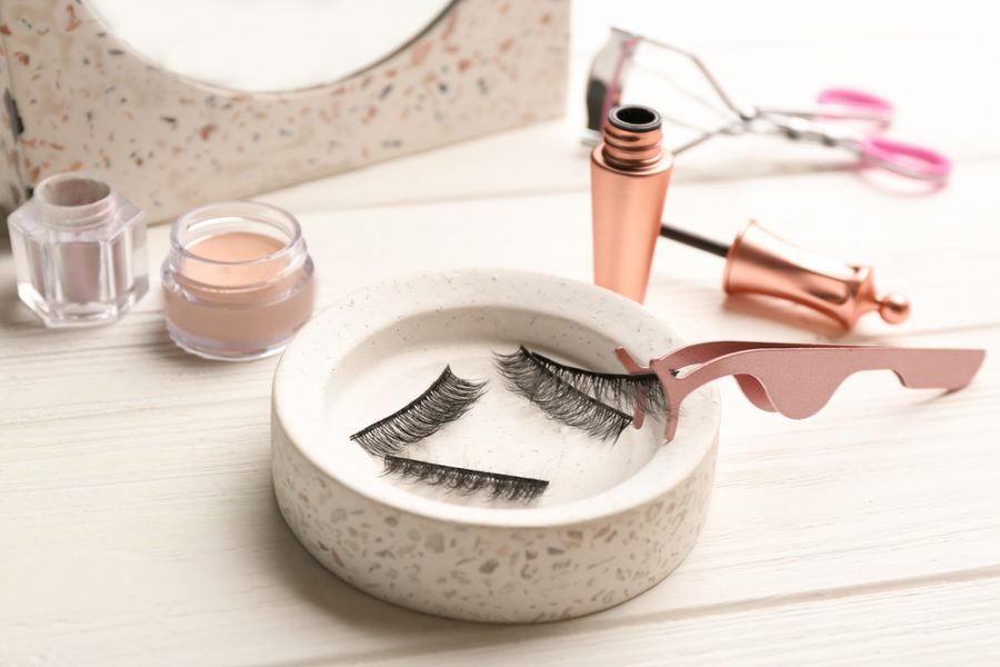 Magnetic+eyelashes+and+accessories+on+white+wooden+table