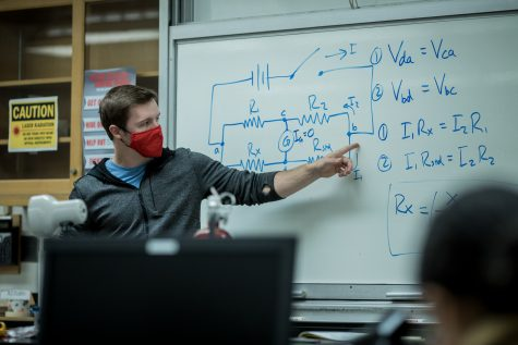 Tanner Rosenberg, a teaching associate for the physics and astronomy department, teaches circuit equations to his physics lab class at CSUN in Northridge, Calif. on Thursday, March 25, 2021. The class was held in the Live Oak building.