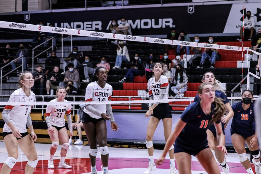 CSUNs+Womens+Volleyball+keeps+a+close+eye+on+the+ball+as+they+rally+against+CSUF+in+the+Matadome+on+October+8%2C+2021+in+NORTHRIDGE%2C+Calif.